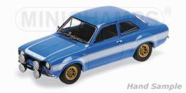 ancienne voiture de sport bleue avec bandes blanche