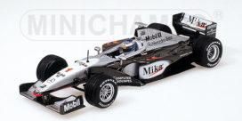 ancienne voiture de course noire et blanche