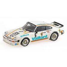 ancienne voiture de course blanche