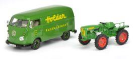 vieu tracteur vert et vieille camionette verte