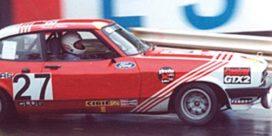 vieille voiture de course rouge et blanche