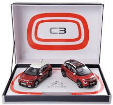 coffret avec deux voitures rouge