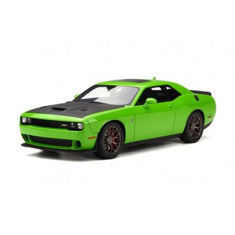 voiture de sport verte avec capot noir