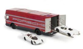 camion transporter de voiture avec 2 voitures de course blanche