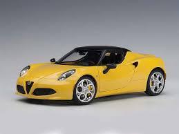 petite voiture de sport cabriolet jaune