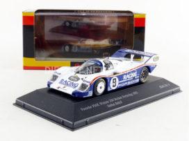 vieille voiture de course bleu et blanc