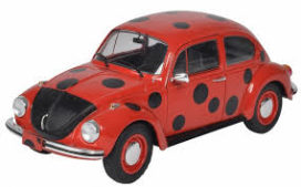 vieille voiture rouge a pois