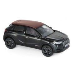 petite voiture noire avec toit bordeaux