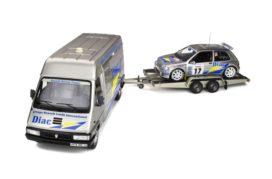 camionnette avec voiture de rallye sur plateau