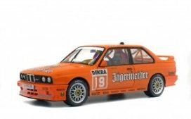 vieille voiture de course orange