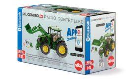 gros tracteur agricole vert avec pelle