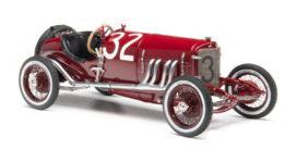 tres vieille voiture de course rouge