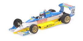 vieille voiture de course formule 1 blanche et jaune
