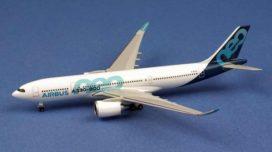 gros avion de ligne blanc et bleu