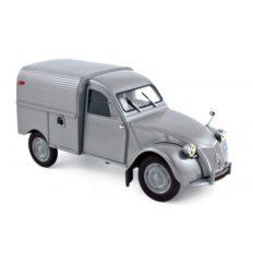 vieille petite camionnette grise