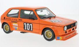 vieille petite voiture de course orange