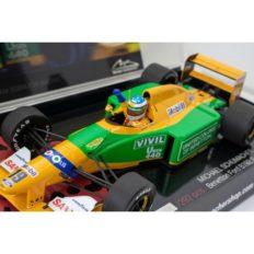 vieille voiture de course jaune et verte