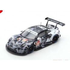 voiture de course noire et blanche