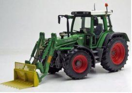 gros tracteur agricole vert avec fourche avant