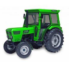 vieu petit tracteur agricole vert