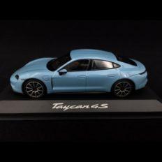 voiture de sport electrique bleu