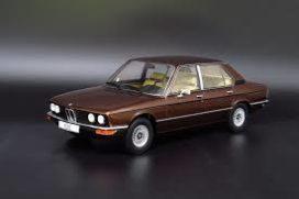 vieille voiture brune