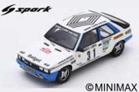 vieille voiture de course rallye blanche