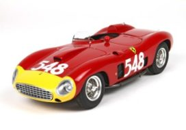 vieille voiture de course italienne rouge et jaune
