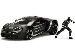 voiture de sport noire avec figurinne
