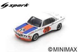 vieille voiture de course blanche orange et bleu