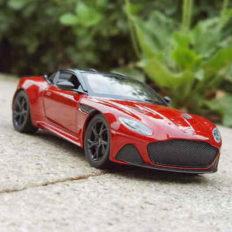 voiture de sport rouge et noire