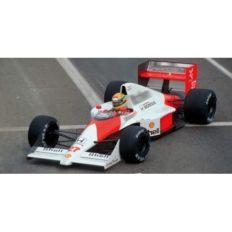 vieille voiture de course blanche et orange formule 1