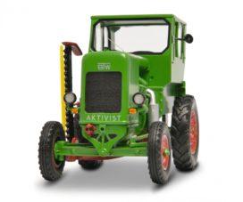 vieux petit tracteur agricole vert