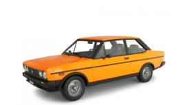 vieille voiture orange et noire