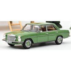 vieille voiture 4 portes verte