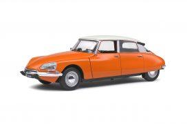vieille voiture orange avec toit blanc