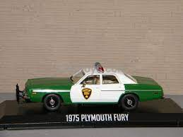 vieille voiture de police verte et blanche