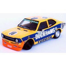 vieille voiture de course jaune et bleu