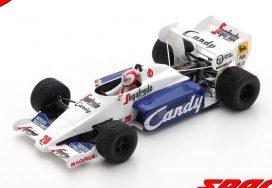 vieille voiture de course formule 1 blanche et noire