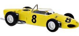 vieille voiture de course jaune