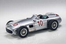 vieille voiture de course grise